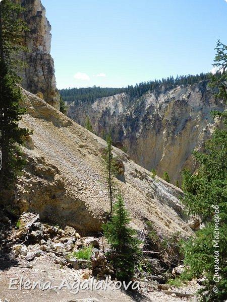 Продолжаю делится впечатлениями от поездки в Йе́ллоустон (Yellowstone National Park)— международный биосферный заповедник, объект Всемирного Наследия ЮНЕСКО, первый в мире национальный парк (основан 1 марта 1872 года). Находится в США, на территории штатов Вайоминг, Монтана и Айдахо. Парк знаменит многочисленными гейзерами и другими геотермическими объектами, богатой живой природой, живописными ландшафтами. ( взято из Википедии ) Мы останавливались в кемпингах в палатках. Парк произвел на нас огромное впечатление. Очень хочется поделится с вами красотой которую я увидела. В один фоторепортаж трудно вместить все увиденное поэтому это уже пятый и будут еще... В этот раз я покажу фото Большого каньона парка Йеллоустон.  Жалко что при загрузке фото уменьшаются и теряется качество поэтому смотрятся картинки плоско... но с этим я ничего поделать не могу. фото 12
