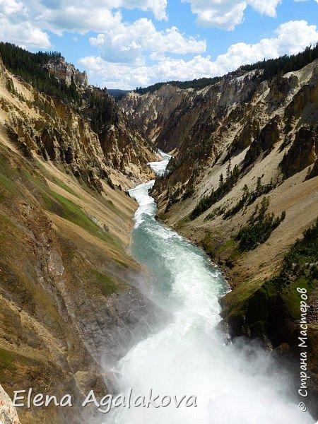 Продолжаю делится впечатлениями от поездки в Йе́ллоустон (Yellowstone National Park)— международный биосферный заповедник, объект Всемирного Наследия ЮНЕСКО, первый в мире национальный парк (основан 1 марта 1872 года). Находится в США, на территории штатов Вайоминг, Монтана и Айдахо. Парк знаменит многочисленными гейзерами и другими геотермическими объектами, богатой живой природой, живописными ландшафтами. ( взято из Википедии ) Мы останавливались в кемпингах в палатках. Парк произвел на нас огромное впечатление. Очень хочется поделится с вами красотой которую я увидела. В один фоторепортаж трудно вместить все увиденное поэтому это уже пятый и будут еще... В этот раз я покажу фото Большого каньона парка Йеллоустон.  Жалко что при загрузке фото уменьшаются и теряется качество поэтому смотрятся картинки плоско... но с этим я ничего поделать не могу. фото 21