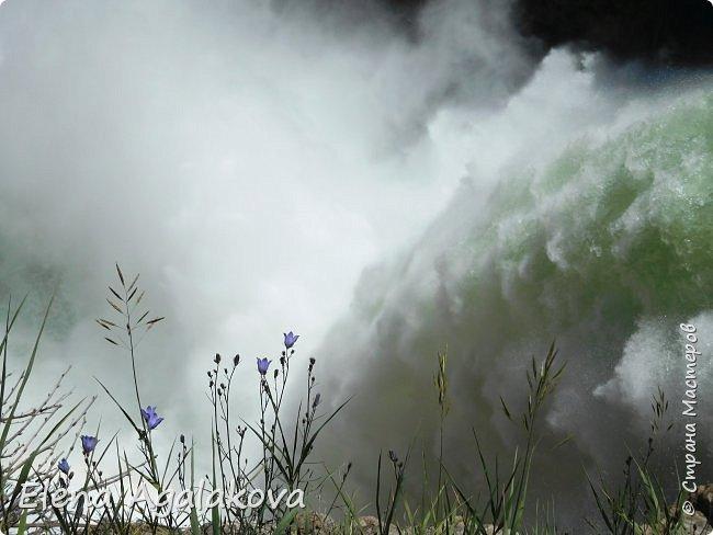 Продолжаю делится впечатлениями от поездки в Йе́ллоустон (Yellowstone National Park)— международный биосферный заповедник, объект Всемирного Наследия ЮНЕСКО, первый в мире национальный парк (основан 1 марта 1872 года). Находится в США, на территории штатов Вайоминг, Монтана и Айдахо. Парк знаменит многочисленными гейзерами и другими геотермическими объектами, богатой живой природой, живописными ландшафтами. ( взято из Википедии ) Мы останавливались в кемпингах в палатках. Парк произвел на нас огромное впечатление. Очень хочется поделится с вами красотой которую я увидела. В один фоторепортаж трудно вместить все увиденное поэтому это уже пятый и будут еще... В этот раз я покажу фото Большого каньона парка Йеллоустон.  Жалко что при загрузке фото уменьшаются и теряется качество поэтому смотрятся картинки плоско... но с этим я ничего поделать не могу. фото 22