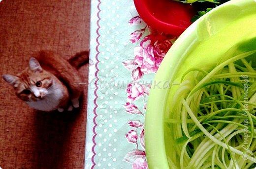 Доброго времени суток, мастера и мастерицы! Предлагаю Вам приготовить легкий летний салат из доступных ингредиентов. фото 4