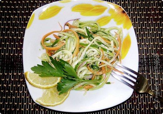Доброго времени суток, мастера и мастерицы! Предлагаю Вам приготовить легкий летний салат из доступных ингредиентов. фото 1