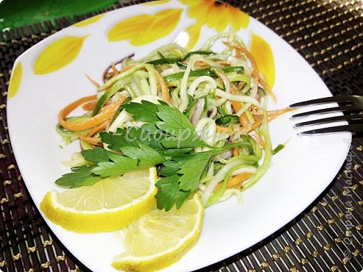 Доброго времени суток, мастера и мастерицы! Предлагаю Вам приготовить легкий летний салат из доступных ингредиентов. фото 8