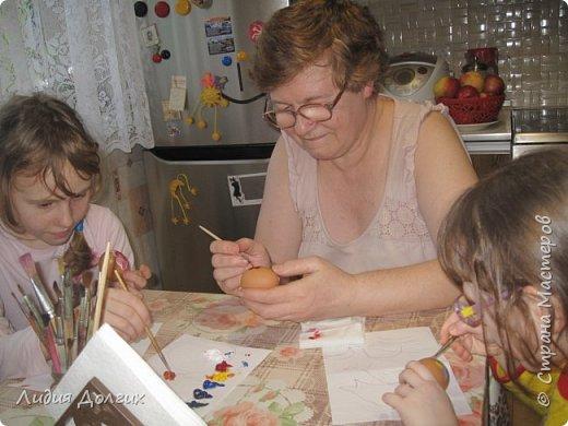 На новый год подарили нам пряники, упакованные в лукошко с соломой. Пряники съелись, а лукошко осталось - рука не поднялась выкинуть. А тут внучки увидели масляные краски, захотели порисовать, А на чём? Вспомнила, что в юности училась рисовать маслом на яичной скорлупе. фото 2