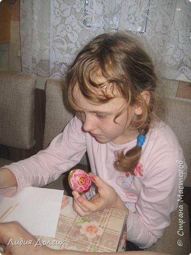 На новый год подарили нам пряники, упакованные в лукошко с соломой. Пряники съелись, а лукошко осталось - рука не поднялась выкинуть. А тут внучки увидели масляные краски, захотели порисовать, А на чём? Вспомнила, что в юности училась рисовать маслом на яичной скорлупе. фото 3