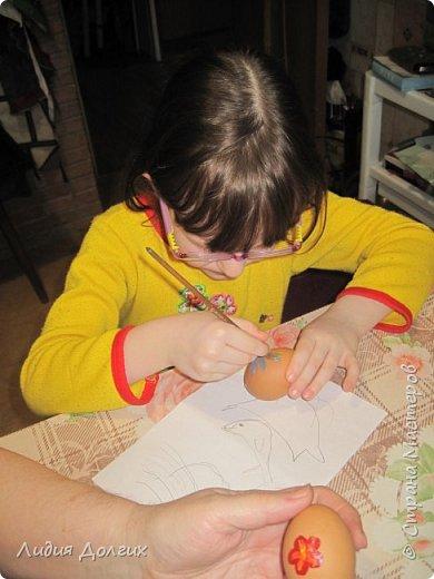 На новый год подарили нам пряники, упакованные в лукошко с соломой. Пряники съелись, а лукошко осталось - рука не поднялась выкинуть. А тут внучки увидели масляные краски, захотели порисовать, А на чём? Вспомнила, что в юности училась рисовать маслом на яичной скорлупе. фото 4