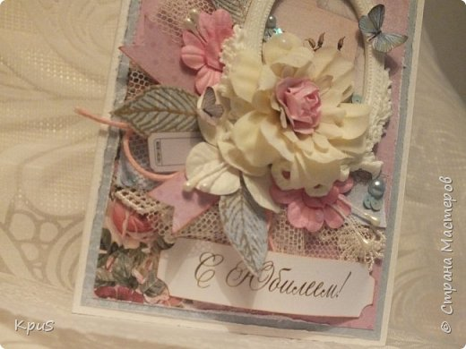 День добрый всем заглянувшим ко мне в гости. Сегодня закончила открытку, сделанную свекрови на завтрашний юбилей. Долго решала какую бумагу использовать, ведь возраст уже довольно солидный 70 лет. Но, потом решила, что женщина в любом возрасте остается женщиной. Она всегда романтична, любит цветы, хочет быть любимой. Поэтому, взяла ScrapBerry~s Butterflies. Очень надеюсь, что моя открытка доставит удовольствие юбилярше.  фото 2