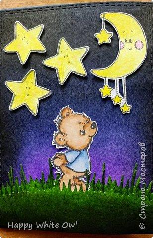 Всем привет! Первая открытка с ночным небом и мечтательным мишкой. Фон и траву окрашивала с помощью distress чернил. Мишку, звёзды и луну раскрашивала акварельными карандашами. По задумке открытка должна была быть с подсветкой, но у меня ничего не получилось ((( Подумав, решила обойтись без надписи на панельке. Внутри надпись: Пусть сбываются все твои мечты. фото 1