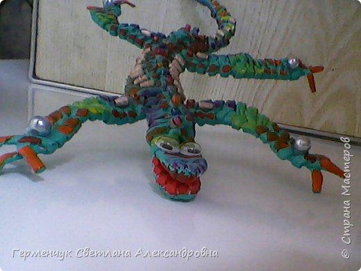 Такую красотку  ящерицу увидела на странице http://stranamasterov.ru/node/934100 мастерицы Пустельги.  Ящерка  мне очень понравилась . . И   Светлана Булгакова  так доступно объяснила и показала фото ,что я   решилась  попробовать .Выражаю большую благодарность   Светлане   за  МК ,которая помогает  всем , кто хочет научится плетению. фото 9