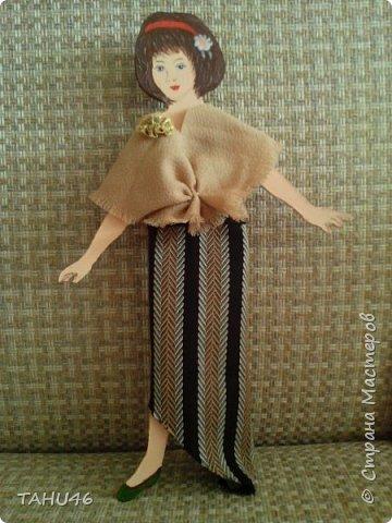 У внучки моей подруги скоро день рождения. Мы решили подарить девочке куклу.Когда-то в детстве мы все увлекались бумажными куклами. К сожалению, они быстро выходили из строя - мялись, шея отваливалась. Эту куклу выпилила из фанеры, а подруга пошила платья на разные случаи жизни. фото 3