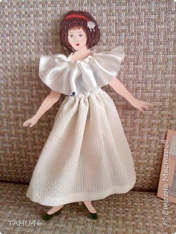 У внучки моей подруги скоро день рождения. Мы решили подарить девочке куклу.Когда-то в детстве мы все увлекались бумажными куклами. К сожалению, они быстро выходили из строя - мялись, шея отваливалась. Эту куклу выпилила из фанеры, а подруга пошила платья на разные случаи жизни. фото 2