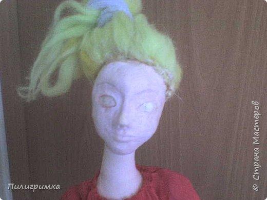 Принято считать, что неудачно раскрашенную голову текстильной куклы исправить уже никак нельзя, ну разве что загрунтовать и поверх заново расписать.   А если форма головы чем-то не устраивает – тут уж ничего не поделаешь, надо или смириться, или новую голову шить.   Я тоже так думала, пока не увлеклась лепкой из ваты.  фото 10