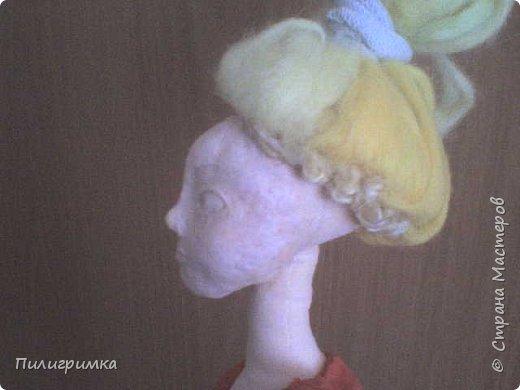 Принято считать, что неудачно раскрашенную голову текстильной куклы исправить уже никак нельзя, ну разве что загрунтовать и поверх заново расписать.   А если форма головы чем-то не устраивает – тут уж ничего не поделаешь, надо или смириться, или новую голову шить.   Я тоже так думала, пока не увлеклась лепкой из ваты.  фото 11