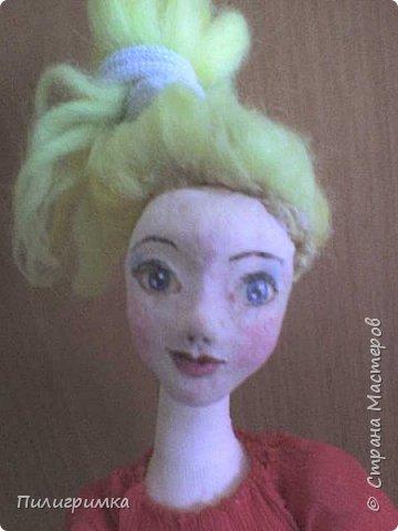 Принято считать, что неудачно раскрашенную голову текстильной куклы исправить уже никак нельзя, ну разве что загрунтовать и поверх заново расписать.   А если форма головы чем-то не устраивает – тут уж ничего не поделаешь, надо или смириться, или новую голову шить.   Я тоже так думала, пока не увлеклась лепкой из ваты.  фото 12