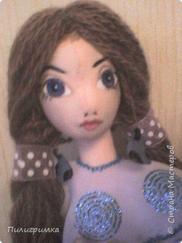 Принято считать, что неудачно раскрашенную голову текстильной куклы исправить уже никак нельзя, ну разве что загрунтовать и поверх заново расписать.   А если форма головы чем-то не устраивает – тут уж ничего не поделаешь, надо или смириться, или новую голову шить.   Я тоже так думала, пока не увлеклась лепкой из ваты.  фото 16