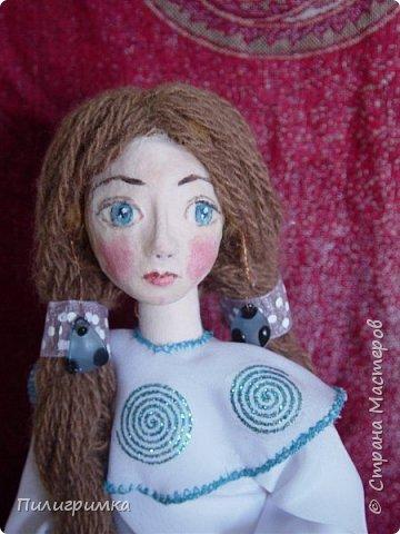 Принято считать, что неудачно раскрашенную голову текстильной куклы исправить уже никак нельзя, ну разве что загрунтовать и поверх заново расписать.   А если форма головы чем-то не устраивает – тут уж ничего не поделаешь, надо или смириться, или новую голову шить.   Я тоже так думала, пока не увлеклась лепкой из ваты.  фото 17