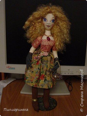 Принято считать, что неудачно раскрашенную голову текстильной куклы исправить уже никак нельзя, ну разве что загрунтовать и поверх заново расписать.   А если форма головы чем-то не устраивает – тут уж ничего не поделаешь, надо или смириться, или новую голову шить.   Я тоже так думала, пока не увлеклась лепкой из ваты.  фото 2
