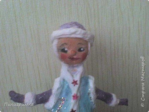 Принято считать, что неудачно раскрашенную голову текстильной куклы исправить уже никак нельзя, ну разве что загрунтовать и поверх заново расписать.   А если форма головы чем-то не устраивает – тут уж ничего не поделаешь, надо или смириться, или новую голову шить.   Я тоже так думала, пока не увлеклась лепкой из ваты.  фото 21