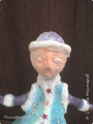 Принято считать, что неудачно раскрашенную голову текстильной куклы исправить уже никак нельзя, ну разве что загрунтовать и поверх заново расписать.   А если форма головы чем-то не устраивает – тут уж ничего не поделаешь, надо или смириться, или новую голову шить.   Я тоже так думала, пока не увлеклась лепкой из ваты.  фото 23