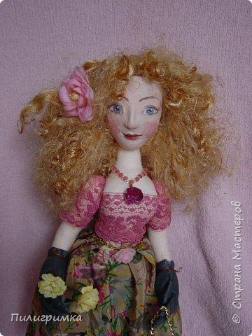 Принято считать, что неудачно раскрашенную голову текстильной куклы исправить уже никак нельзя, ну разве что загрунтовать и поверх заново расписать.   А если форма головы чем-то не устраивает – тут уж ничего не поделаешь, надо или смириться, или новую голову шить.   Я тоже так думала, пока не увлеклась лепкой из ваты.  фото 3