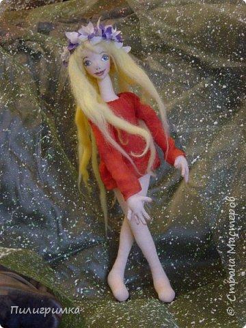 Принято считать, что неудачно раскрашенную голову текстильной куклы исправить уже никак нельзя, ну разве что загрунтовать и поверх заново расписать.   А если форма головы чем-то не устраивает – тут уж ничего не поделаешь, надо или смириться, или новую голову шить.   Я тоже так думала, пока не увлеклась лепкой из ваты.  фото 5