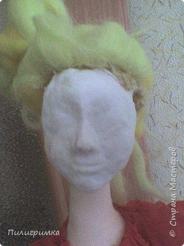 Принято считать, что неудачно раскрашенную голову текстильной куклы исправить уже никак нельзя, ну разве что загрунтовать и поверх заново расписать.   А если форма головы чем-то не устраивает – тут уж ничего не поделаешь, надо или смириться, или новую голову шить.   Я тоже так думала, пока не увлеклась лепкой из ваты.  фото 7