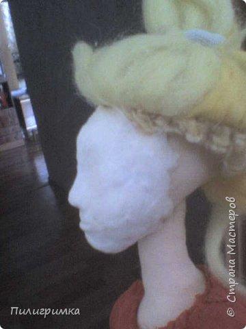 Принято считать, что неудачно раскрашенную голову текстильной куклы исправить уже никак нельзя, ну разве что загрунтовать и поверх заново расписать.   А если форма головы чем-то не устраивает – тут уж ничего не поделаешь, надо или смириться, или новую голову шить.   Я тоже так думала, пока не увлеклась лепкой из ваты.  фото 8