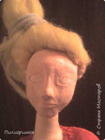 Принято считать, что неудачно раскрашенную голову текстильной куклы исправить уже никак нельзя, ну разве что загрунтовать и поверх заново расписать.   А если форма головы чем-то не устраивает – тут уж ничего не поделаешь, надо или смириться, или новую голову шить.   Я тоже так думала, пока не увлеклась лепкой из ваты.  фото 9