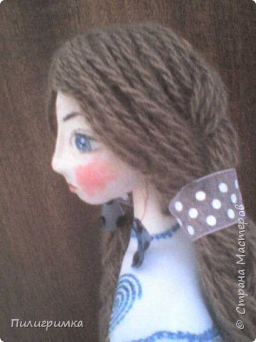 Принято считать, что неудачно раскрашенную голову текстильной куклы исправить уже никак нельзя, ну разве что загрунтовать и поверх заново расписать.   А если форма головы чем-то не устраивает – тут уж ничего не поделаешь, надо или смириться, или новую голову шить.   Я тоже так думала, пока не увлеклась лепкой из ваты.  фото 18