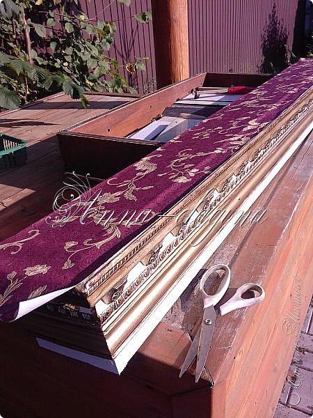 Всем привет! Сегодня я расскажу, как можно сделать дорогую гардину из дешевых материалов. Для работы потребуется доска сухая строганная, недорогой багет, клей, краска, саморезы, лобзик или ножовка. фото 11