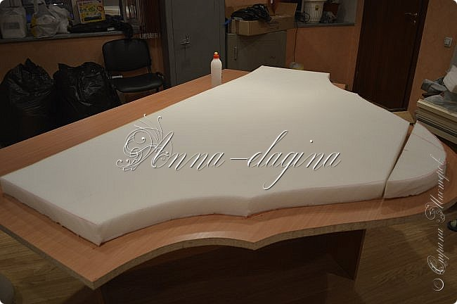 Всем привет! Давно меня здесь не было, почти год... Сегодня я с мастер-классом по изготовлению кровати с мягким изголовьем своими руками. Кровать у меня с основанием 1800х2000, для работы использовала лдсп 26 мм, поролон 10, 30, 60 мм, ткань бархатную, степлер мебельный, пуговицы мебельные, капроновые нити, клей, ну и самое главное-РУКИ! фото 11
