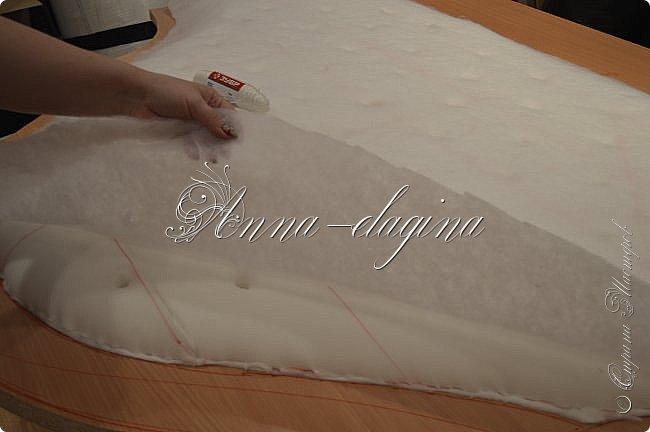 Всем привет! Давно меня здесь не было, почти год... Сегодня я с мастер-классом по изготовлению кровати с мягким изголовьем своими руками. Кровать у меня с основанием 1800х2000, для работы использовала лдсп 26 мм, поролон 10, 30, 60 мм, ткань бархатную, степлер мебельный, пуговицы мебельные, капроновые нити, клей, ну и самое главное-РУКИ! фото 16