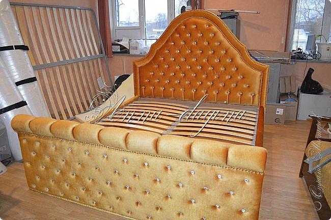 Всем привет! Давно меня здесь не было, почти год... Сегодня я с мастер-классом по изготовлению кровати с мягким изголовьем своими руками. Кровать у меня с основанием 1800х2000, для работы использовала лдсп 26 мм, поролон 10, 30, 60 мм, ткань бархатную, степлер мебельный, пуговицы мебельные, капроновые нити, клей, ну и самое главное-РУКИ! фото 53