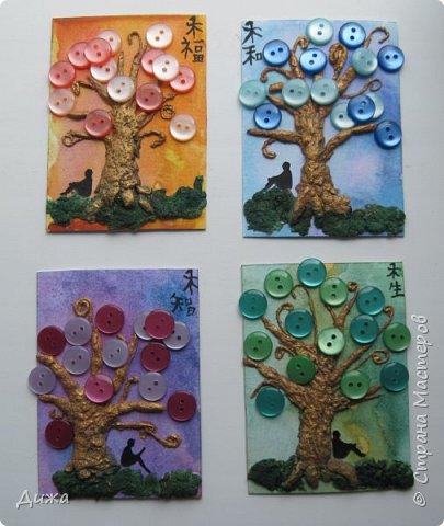 """Всем огромный приветик! Представляю вам АТС карточки """"В тени деревьев"""" Краткая история про эту серию. Сначала я хотела назвать серию четыре стихии, дерево огня, дерево земли, дерево воздуха и воды (тогда ещё силуэта не было). Но папа сказал, что если я буду писать ещё и китайские иероглифы, то тогда не правильно. Потому что дерево является пятой стихией. Потом мы с ним придумали новые названия для деревьев и название серии, и он предложил добавить силуэт человека. Техника аппликация, папье -маше -дерево, жгутики из салфеток -  веточки. Дерево раскрасила гуашью и акриловой краской золотого цвета, фон раскрасила акварельными красками, приклеила пуговицы, приклеила силуэты человека и мама написала иероглифы (я побоялась испортить карточки). На карточках нарисованы по два иероглифа. Первый - дерево, второй -мудрость, счастья, гармония, жизнь.  Я должна АТС карточку мастерицам Фасинасьён (Татьяна),  Нельча (Неля) и p_olya71 (Ольга) прошу их выбирать, если им понравиться.  На темном фоне фото 2"""
