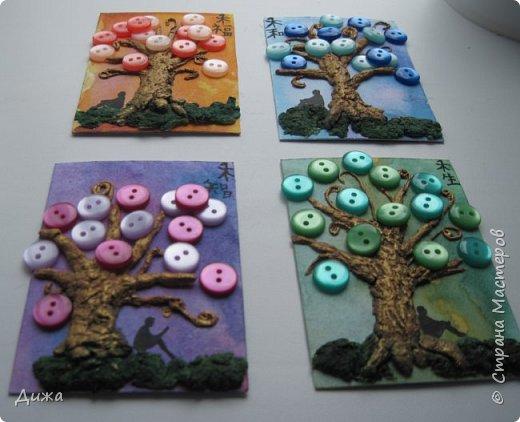 """Всем огромный приветик! Представляю вам АТС карточки """"В тени деревьев"""" Краткая история про эту серию. Сначала я хотела назвать серию четыре стихии, дерево огня, дерево земли, дерево воздуха и воды (тогда ещё силуэта не было). Но папа сказал, что если я буду писать ещё и китайские иероглифы, то тогда не правильно. Потому что дерево является пятой стихией. Потом мы с ним придумали новые названия для деревьев и название серии, и он предложил добавить силуэт человека. Техника аппликация, папье -маше -дерево, жгутики из салфеток -  веточки. Дерево раскрасила гуашью и акриловой краской золотого цвета, фон раскрасила акварельными красками, приклеила пуговицы, приклеила силуэты человека и мама написала иероглифы (я побоялась испортить карточки). На карточках нарисованы по два иероглифа. Первый - дерево, второй -мудрость, счастья, гармония, жизнь.  Я должна АТС карточку мастерицам Фасинасьён (Татьяна),  Нельча (Неля) и p_olya71 (Ольга) прошу их выбирать, если им понравиться.  На темном фоне фото 3"""