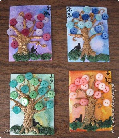 """Всем огромный приветик! Представляю вам АТС карточки """"В тени деревьев"""" Краткая история про эту серию. Сначала я хотела назвать серию четыре стихии, дерево огня, дерево земли, дерево воздуха и воды (тогда ещё силуэта не было). Но папа сказал, что если я буду писать ещё и китайские иероглифы, то тогда не правильно. Потому что дерево является пятой стихией. Потом мы с ним придумали новые названия для деревьев и название серии, и он предложил добавить силуэт человека. Техника аппликация, папье -маше -дерево, жгутики из салфеток -  веточки. Дерево раскрасила гуашью и акриловой краской золотого цвета, фон раскрасила акварельными красками, приклеила пуговицы, приклеила силуэты человека и мама написала иероглифы (я побоялась испортить карточки). На карточках нарисованы по два иероглифа. Первый - дерево, второй -мудрость, счастья, гармония, жизнь.  Я должна АТС карточку мастерицам Фасинасьён (Татьяна),  Нельча (Неля) и p_olya71 (Ольга) прошу их выбирать, если им понравиться.  На темном фоне фото 1"""