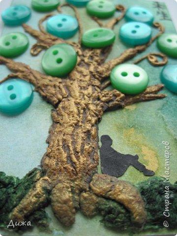 """Всем огромный приветик! Представляю вам АТС карточки """"В тени деревьев"""" Краткая история про эту серию. Сначала я хотела назвать серию четыре стихии, дерево огня, дерево земли, дерево воздуха и воды (тогда ещё силуэта не было). Но папа сказал, что если я буду писать ещё и китайские иероглифы, то тогда не правильно. Потому что дерево является пятой стихией. Потом мы с ним придумали новые названия для деревьев и название серии, и он предложил добавить силуэт человека. Техника аппликация, папье -маше -дерево, жгутики из салфеток -  веточки. Дерево раскрасила гуашью и акриловой краской золотого цвета, фон раскрасила акварельными красками, приклеила пуговицы, приклеила силуэты человека и мама написала иероглифы (я побоялась испортить карточки). На карточках нарисованы по два иероглифа. Первый - дерево, второй -мудрость, счастья, гармония, жизнь.  Я должна АТС карточку мастерицам Фасинасьён (Татьяна),  Нельча (Неля) и p_olya71 (Ольга) прошу их выбирать, если им понравиться.  На темном фоне фото 14"""