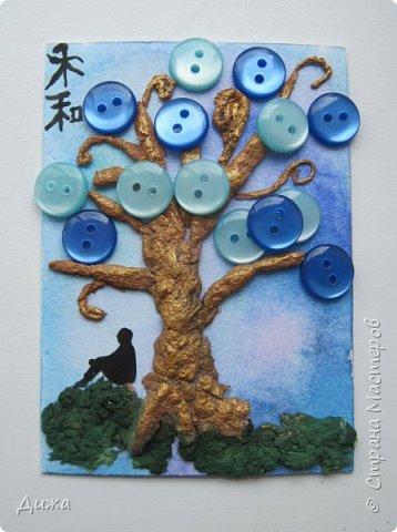 """Всем огромный приветик! Представляю вам АТС карточки """"В тени деревьев"""" Краткая история про эту серию. Сначала я хотела назвать серию четыре стихии, дерево огня, дерево земли, дерево воздуха и воды (тогда ещё силуэта не было). Но папа сказал, что если я буду писать ещё и китайские иероглифы, то тогда не правильно. Потому что дерево является пятой стихией. Потом мы с ним придумали новые названия для деревьев и название серии, и он предложил добавить силуэт человека. Техника аппликация, папье -маше -дерево, жгутики из салфеток -  веточки. Дерево раскрасила гуашью и акриловой краской золотого цвета, фон раскрасила акварельными красками, приклеила пуговицы, приклеила силуэты человека и мама написала иероглифы (я побоялась испортить карточки). На карточках нарисованы по два иероглифа. Первый - дерево, второй -мудрость, счастья, гармония, жизнь.  Я должна АТС карточку мастерицам Фасинасьён (Татьяна),  Нельча (Неля) и p_olya71 (Ольга) прошу их выбирать, если им понравиться.  На темном фоне фото 17"""