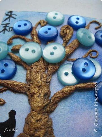 """Всем огромный приветик! Представляю вам АТС карточки """"В тени деревьев"""" Краткая история про эту серию. Сначала я хотела назвать серию четыре стихии, дерево огня, дерево земли, дерево воздуха и воды (тогда ещё силуэта не было). Но папа сказал, что если я буду писать ещё и китайские иероглифы, то тогда не правильно. Потому что дерево является пятой стихией. Потом мы с ним придумали новые названия для деревьев и название серии, и он предложил добавить силуэт человека. Техника аппликация, папье -маше -дерево, жгутики из салфеток -  веточки. Дерево раскрасила гуашью и акриловой краской золотого цвета, фон раскрасила акварельными красками, приклеила пуговицы, приклеила силуэты человека и мама написала иероглифы (я побоялась испортить карточки). На карточках нарисованы по два иероглифа. Первый - дерево, второй -мудрость, счастья, гармония, жизнь.  Я должна АТС карточку мастерицам Фасинасьён (Татьяна),  Нельча (Неля) и p_olya71 (Ольга) прошу их выбирать, если им понравиться.  На темном фоне фото 18"""