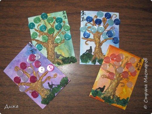 """Всем огромный приветик! Представляю вам АТС карточки """"В тени деревьев"""" Краткая история про эту серию. Сначала я хотела назвать серию четыре стихии, дерево огня, дерево земли, дерево воздуха и воды (тогда ещё силуэта не было). Но папа сказал, что если я буду писать ещё и китайские иероглифы, то тогда не правильно. Потому что дерево является пятой стихией. Потом мы с ним придумали новые названия для деревьев и название серии, и он предложил добавить силуэт человека. Техника аппликация, папье -маше -дерево, жгутики из салфеток -  веточки. Дерево раскрасила гуашью и акриловой краской золотого цвета, фон раскрасила акварельными красками, приклеила пуговицы, приклеила силуэты человека и мама написала иероглифы (я побоялась испортить карточки). На карточках нарисованы по два иероглифа. Первый - дерево, второй -мудрость, счастья, гармония, жизнь.  Я должна АТС карточку мастерицам Фасинасьён (Татьяна),  Нельча (Неля) и p_olya71 (Ольга) прошу их выбирать, если им понравиться.  На темном фоне фото 22"""
