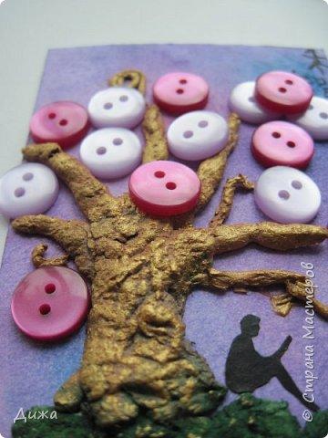 """Всем огромный приветик! Представляю вам АТС карточки """"В тени деревьев"""" Краткая история про эту серию. Сначала я хотела назвать серию четыре стихии, дерево огня, дерево земли, дерево воздуха и воды (тогда ещё силуэта не было). Но папа сказал, что если я буду писать ещё и китайские иероглифы, то тогда не правильно. Потому что дерево является пятой стихией. Потом мы с ним придумали новые названия для деревьев и название серии, и он предложил добавить силуэт человека. Техника аппликация, папье -маше -дерево, жгутики из салфеток -  веточки. Дерево раскрасила гуашью и акриловой краской золотого цвета, фон раскрасила акварельными красками, приклеила пуговицы, приклеила силуэты человека и мама написала иероглифы (я побоялась испортить карточки). На карточках нарисованы по два иероглифа. Первый - дерево, второй -мудрость, счастья, гармония, жизнь.  Я должна АТС карточку мастерицам Фасинасьён (Татьяна),  Нельча (Неля) и p_olya71 (Ольга) прошу их выбирать, если им понравиться.  На темном фоне фото 6"""