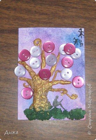 """Всем огромный приветик! Представляю вам АТС карточки """"В тени деревьев"""" Краткая история про эту серию. Сначала я хотела назвать серию четыре стихии, дерево огня, дерево земли, дерево воздуха и воды (тогда ещё силуэта не было). Но папа сказал, что если я буду писать ещё и китайские иероглифы, то тогда не правильно. Потому что дерево является пятой стихией. Потом мы с ним придумали новые названия для деревьев и название серии, и он предложил добавить силуэт человека. Техника аппликация, папье -маше -дерево, жгутики из салфеток -  веточки. Дерево раскрасила гуашью и акриловой краской золотого цвета, фон раскрасила акварельными красками, приклеила пуговицы, приклеила силуэты человека и мама написала иероглифы (я побоялась испортить карточки). На карточках нарисованы по два иероглифа. Первый - дерево, второй -мудрость, счастья, гармония, жизнь.  Я должна АТС карточку мастерицам Фасинасьён (Татьяна),  Нельча (Неля) и p_olya71 (Ольга) прошу их выбирать, если им понравиться.  На темном фоне фото 7"""