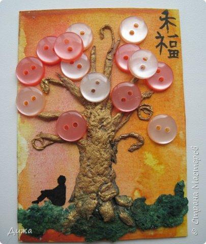 """Всем огромный приветик! Представляю вам АТС карточки """"В тени деревьев"""" Краткая история про эту серию. Сначала я хотела назвать серию четыре стихии, дерево огня, дерево земли, дерево воздуха и воды (тогда ещё силуэта не было). Но папа сказал, что если я буду писать ещё и китайские иероглифы, то тогда не правильно. Потому что дерево является пятой стихией. Потом мы с ним придумали новые названия для деревьев и название серии, и он предложил добавить силуэт человека. Техника аппликация, папье -маше -дерево, жгутики из салфеток -  веточки. Дерево раскрасила гуашью и акриловой краской золотого цвета, фон раскрасила акварельными красками, приклеила пуговицы, приклеила силуэты человека и мама написала иероглифы (я побоялась испортить карточки). На карточках нарисованы по два иероглифа. Первый - дерево, второй -мудрость, счастья, гармония, жизнь.  Я должна АТС карточку мастерицам Фасинасьён (Татьяна),  Нельча (Неля) и p_olya71 (Ольга) прошу их выбирать, если им понравиться.  На темном фоне фото 9"""