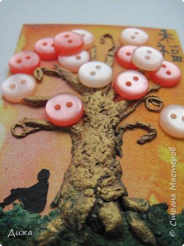 """Всем огромный приветик! Представляю вам АТС карточки """"В тени деревьев"""" Краткая история про эту серию. Сначала я хотела назвать серию четыре стихии, дерево огня, дерево земли, дерево воздуха и воды (тогда ещё силуэта не было). Но папа сказал, что если я буду писать ещё и китайские иероглифы, то тогда не правильно. Потому что дерево является пятой стихией. Потом мы с ним придумали новые названия для деревьев и название серии, и он предложил добавить силуэт человека. Техника аппликация, папье -маше -дерево, жгутики из салфеток -  веточки. Дерево раскрасила гуашью и акриловой краской золотого цвета, фон раскрасила акварельными красками, приклеила пуговицы, приклеила силуэты человека и мама написала иероглифы (я побоялась испортить карточки). На карточках нарисованы по два иероглифа. Первый - дерево, второй -мудрость, счастья, гармония, жизнь.  Я должна АТС карточку мастерицам Фасинасьён (Татьяна),  Нельча (Неля) и p_olya71 (Ольга) прошу их выбирать, если им понравиться.  На темном фоне фото 10"""