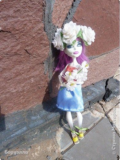 Доброе утро)Сегодня мы с Ариадной устроили цветочную фотосессию. Наряд Ари состоит из платья, верх которого - сетка в два слоя со звёздами, а юбка - какая-то приятная на ощупь шелковистая ткань))) Туфельки для неё я делала в первый раз(да и вообще в первый раз я делала туфли) Головной убор - венок. фото 1