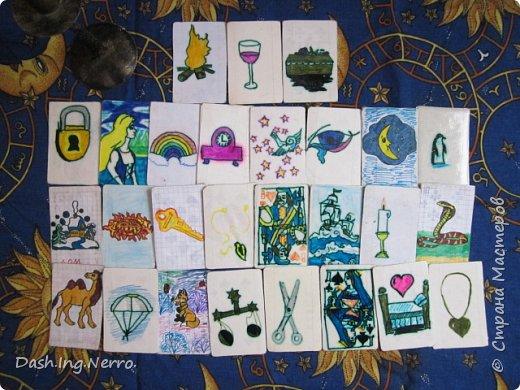 """""""Карты для гадания, но это не карты Таро"""". Ручная работа. Одно из моих старых поделок. Эту колоду гадальных карт я сделала своими руками, когда была ещё девочкой 8 лет. Я делала эти карты, ориентируясь по советам из книги """"Секреты опытной хозяйки"""". Все рисунки на лицевой стороне карт нарисованы вручную фломастерами и цветными карандашами. И позже эти нарисованные мною рисунки были приклеены на карты из старой колоды игральных карт, в которой не хватало несколько карт."""