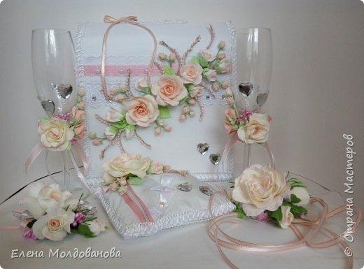 Комплект выполнен в нежно-розовых тонах фото 1