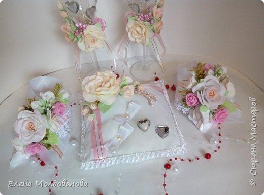 Комплект выполнен в нежно-розовых тонах фото 8