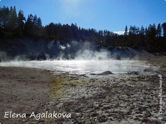 Продолжаю делится впечатлениями от поездки в Йе́ллоустон (Yellowstone National Park)— международный биосферный заповедник, объект Всемирного Наследия ЮНЕСКО, первый в мире национальный парк (основан 1 марта 1872 года). Находится в США, на территории штатов Вайоминг, Монтана и Айдахо. Парк знаменит многочисленными гейзерами и другими геотермическими объектами, богатой живой природой, живописными ландшафтами. ( взято из Википедии ) Мы останавливались в кемпингах в палатках. Парк произвел на нас огромное впечатление. Очень хочется поделится с вами красотой которую я увидела. В один фоторепортаж трудно вместить все увиденное поэтому это уже шестой и будут еще...  Жалко что при загрузке фото уменьшаются и теряется качество поэтому смотрятся картинки плоско... но с этим я ничего поделать не могу. фото 22