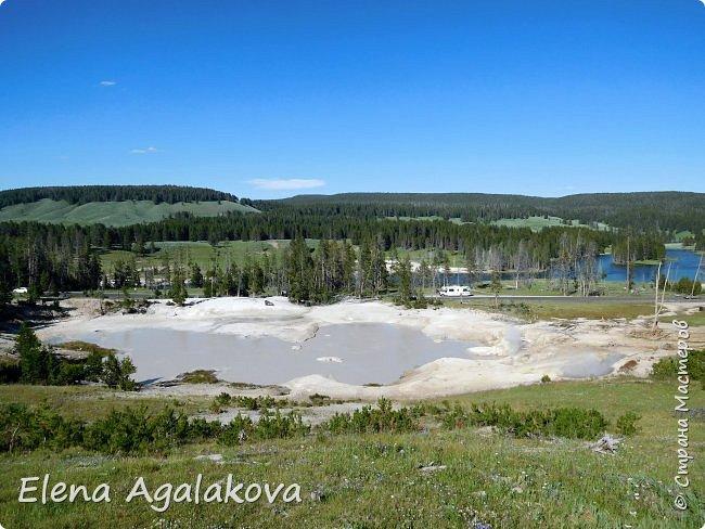 Продолжаю делится впечатлениями от поездки в Йе́ллоустон (Yellowstone National Park)— международный биосферный заповедник, объект Всемирного Наследия ЮНЕСКО, первый в мире национальный парк (основан 1 марта 1872 года). Находится в США, на территории штатов Вайоминг, Монтана и Айдахо. Парк знаменит многочисленными гейзерами и другими геотермическими объектами, богатой живой природой, живописными ландшафтами. ( взято из Википедии ) Мы останавливались в кемпингах в палатках. Парк произвел на нас огромное впечатление. Очень хочется поделится с вами красотой которую я увидела. В один фоторепортаж трудно вместить все увиденное поэтому это уже шестой и будут еще...  Жалко что при загрузке фото уменьшаются и теряется качество поэтому смотрятся картинки плоско... но с этим я ничего поделать не могу. фото 23