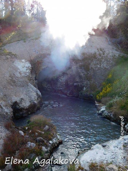 Продолжаю делится впечатлениями от поездки в Йе́ллоустон (Yellowstone National Park)— международный биосферный заповедник, объект Всемирного Наследия ЮНЕСКО, первый в мире национальный парк (основан 1 марта 1872 года). Находится в США, на территории штатов Вайоминг, Монтана и Айдахо. Парк знаменит многочисленными гейзерами и другими геотермическими объектами, богатой живой природой, живописными ландшафтами. ( взято из Википедии ) Мы останавливались в кемпингах в палатках. Парк произвел на нас огромное впечатление. Очень хочется поделится с вами красотой которую я увидела. В один фоторепортаж трудно вместить все увиденное поэтому это уже шестой и будут еще...  Жалко что при загрузке фото уменьшаются и теряется качество поэтому смотрятся картинки плоско... но с этим я ничего поделать не могу. фото 27